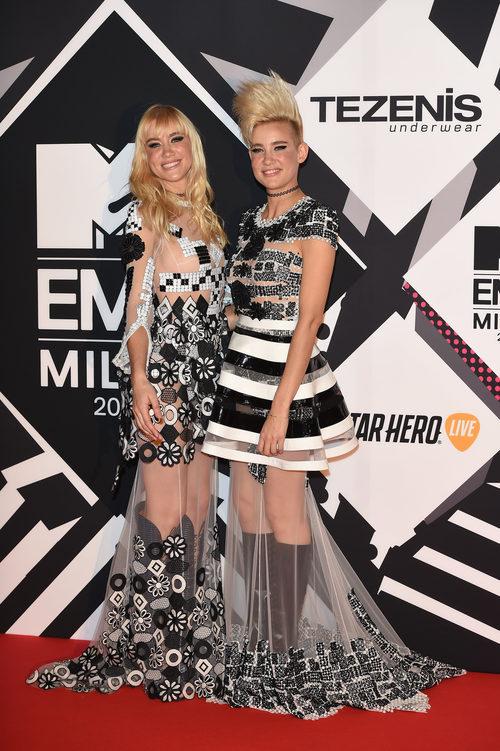 El dúo Nervo con vestidos blancos y negros en la alfombra roja de los MTV EMA Awards 2015
