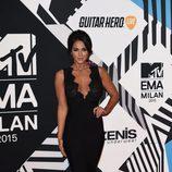 Vicky Pattison con vestido negro en la alfombra roja de los MTV EMA Awards 2015