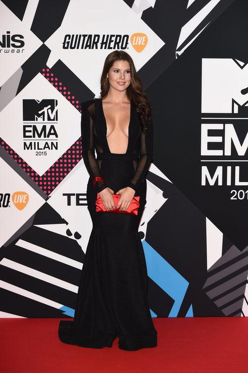 Amanda Cerny con vestido negro escotado en la alfombra roja de los MTV EMA Awards 2015