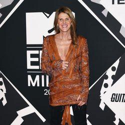 Anna Dello Russo con vestido anaranjado en la alfombra roja de los MTV EMA Awards 2015