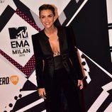 Ruby Rose con traje de chaqueta negro en la alfombra roja de los MTV EMA Awards 2015