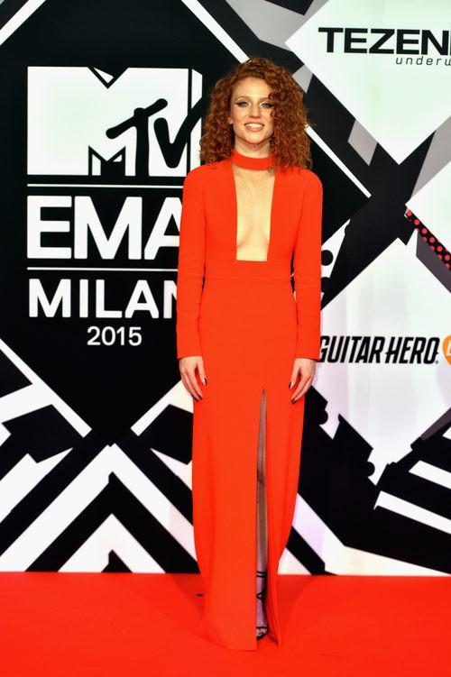 Jess Glyne actuando con mono rojo en los MTV EMA Awards 2015