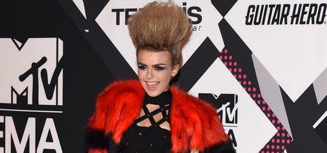 Tallia Storm con vestido negro de rejilla en la alfombra roja de los MTV EMA Awards 2015