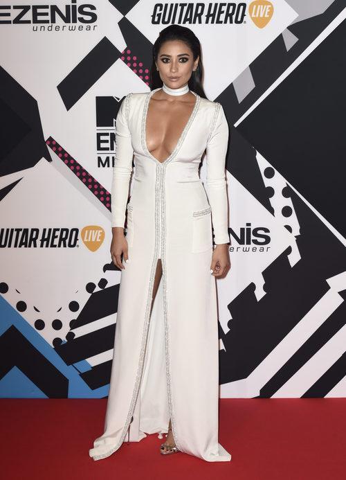 Shay Mitchell con vestido blanco en la alfombra roja de los MTV EMA Awards 2015