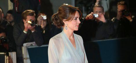 Kate Middleton con vestido de gasa azulado de Jenny Packham en el estreno de 'Spectre' en Londres