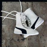 Zapatillas Eskiva blancas y negras de Puma presentadas por la cantante Rihanna
