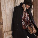 Abrigo negro y chaqueta granate de la colección 'Violeta by Mango' para este invierno 2015