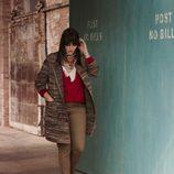 Abrigo marrón y pañuelo de estampado étnico de la colección 'Violeta by Mango' para este invierno 2015