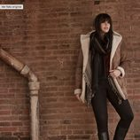 Abrigo en tonos marrones y poncho gris de la colección 'Violeta by Mango' para este invierno 2015