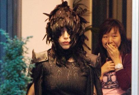 Lady Gaga vestida de cuervo con un tocado de plumas