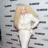 Lady Gaga vestida de muñeca de porcelana con un look total white