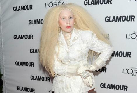 lady gaga vestida de mueca de porcelana con un look total white