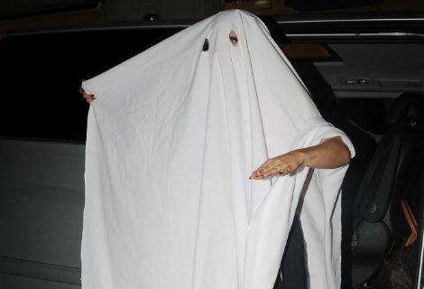 Lady Gaga con un mantel blanco como disfraz improvisado de fantasma en Halloween 2014