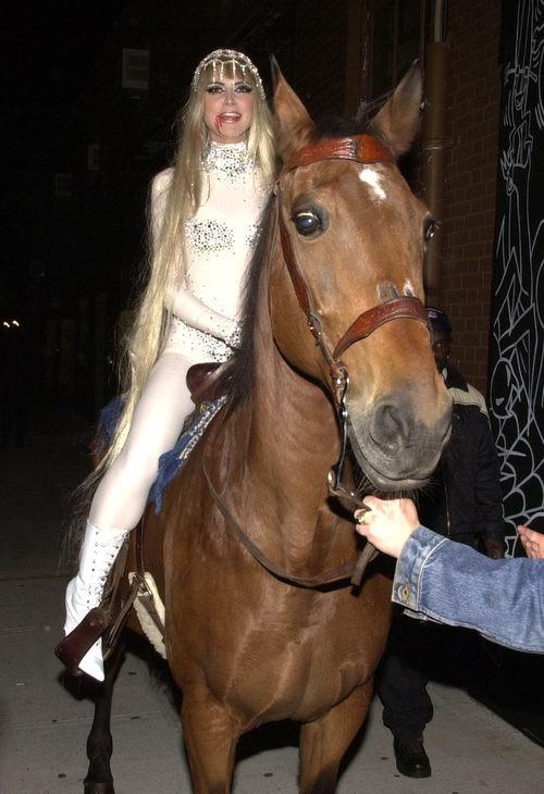 Heidi Klum disfrazada de Lady Godiva en una fiesta de Halloween 2001