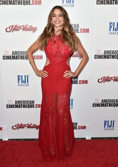 Sofía Vergara con un vestido rojo lleno de aperturas