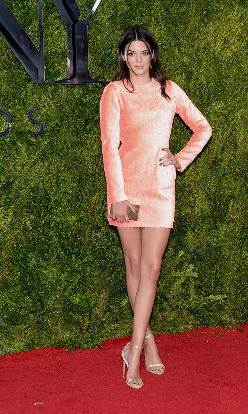 Kendall Jenner con un vestido rosa de manga larga