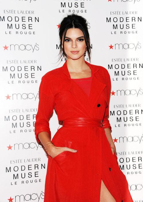 Kendall Jenner con un abrigo y vestido rojo