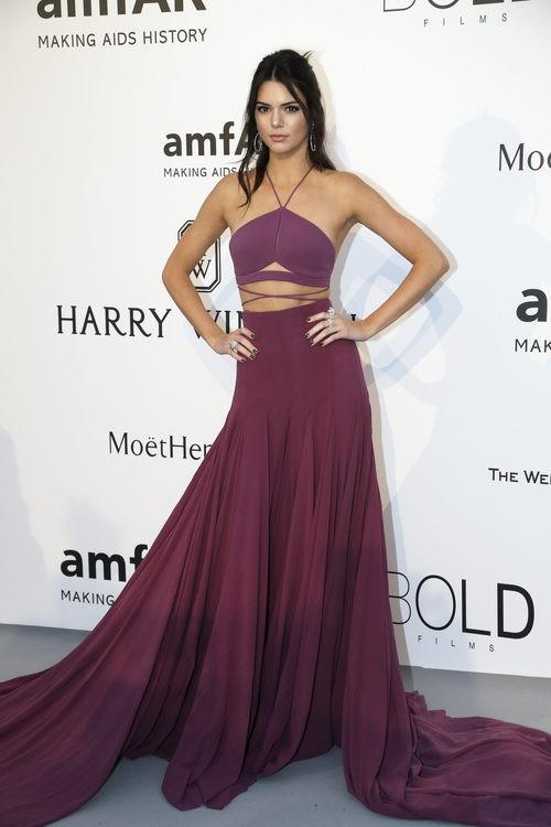 Kendall Jenner con traje dos piezas en tono granate