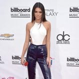 Kendall Jenner con pantalón y top muy elegante