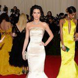 Kendall Jenner con un vestido color marfil