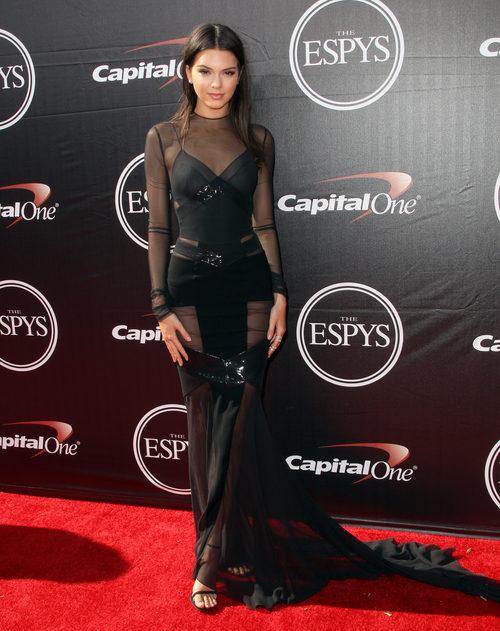 Kendall Jenner luce un vestido largo negro