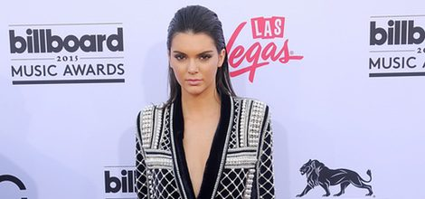 Kendall Jenner, muy elegante con un traje chaqueta negro