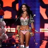 Shanina Shaik en el Victoria's Secret Fashion Show 2014