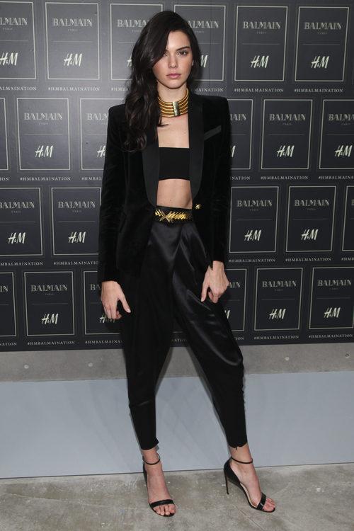 Kendall Jenner ataviada con un pantalón y un top negro