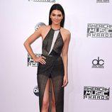 Kendall Jenner luce un vestido negro con apertura