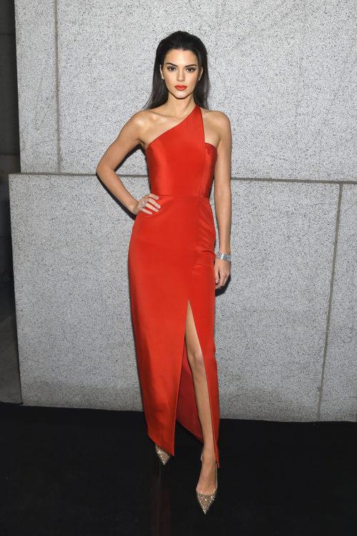 Kendall Jenner sensacional con un vestido rojo con hombros al descubierto