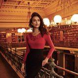 Irina Shayk con camiseta roja y falda de lápiz negra de la firma La Clover