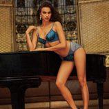 Irina Shayk con conjunto lencero azul de la firma La Clover