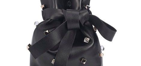 Bolso negro en forma de saco con motivos de perlas y formas geométricas de la colección otoño/invierno 2015/2016 de Jimmy Choo