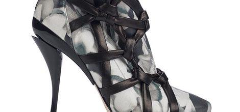 Zapato de tacón de piel con motivos florales y lazada negra de la colección otoño/invierno 2015/2016 de Jimmy Choo