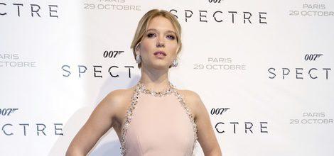 Lea Seydoux con vestido rosa palo y cuello halter en la premiere de 'Spectre' en Francia