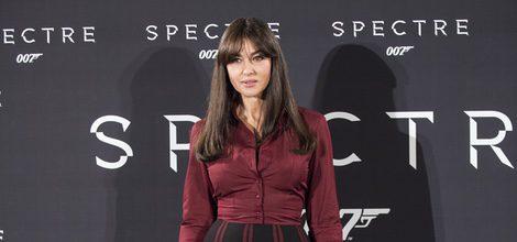 Monica Bellucci con falda negra y camisa granate en el photo call de la premiere 'Spectre' en Roma