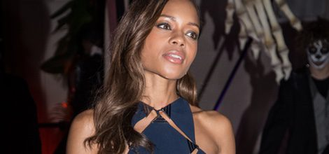 Naomie Harris con vestido azul marino perforado en la James Bond Spectre Party en Londres