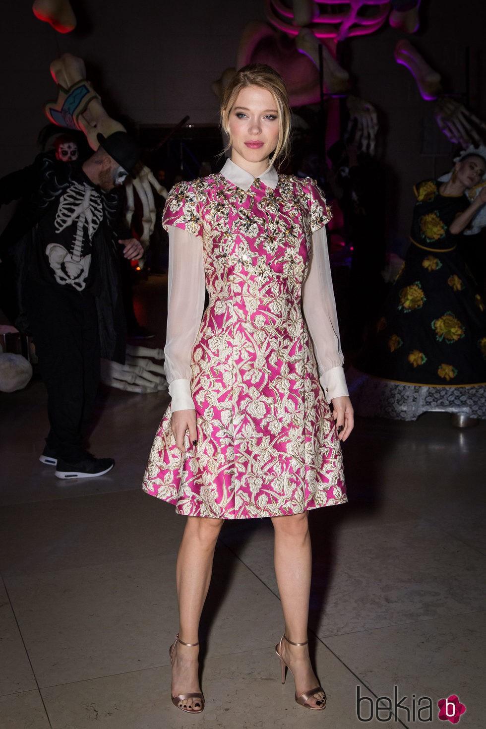Lea Seydoux con vestido fucsia con motivos florales dorados en la ...