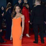 Naomie Harris con vestido naranja en la premiere de Spectre en Londres