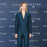 Lea Seydoux con traje de chaqueta estampado verde y azul en el photocall de Londres