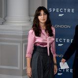 Monica Bellucci con camisa rosa y pantalon palazzo gris en el photocall de la Premiere de Spectre en Londres