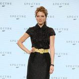 Lea Seydoux con vestido negro y cinturón amarillo en el evento del anuncio de la película Spectre en Londres