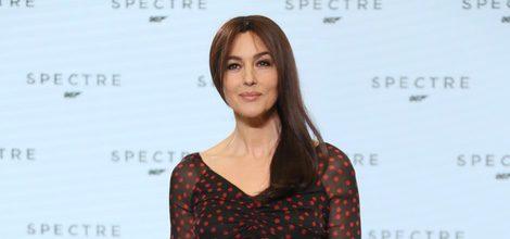 Monica Bellucci con vestido negro con puntos rojos en el evento en el que se anuncia Spectre en Londres