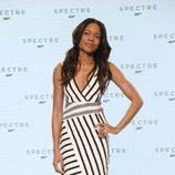Naomie Harris con vestido negro y blanco en el anuncio de Spectre en Londres