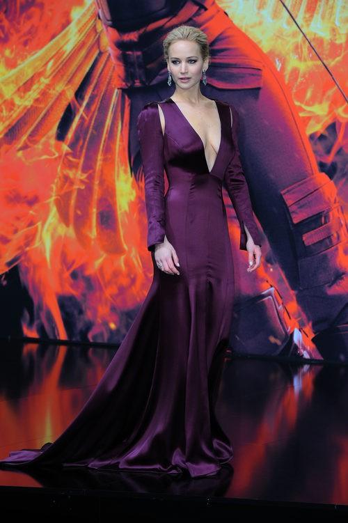 Jennifer Lawrence con un vestido morado de Christian Dior en el estreno de 'Sinsajo. Parte 2' en Berlín