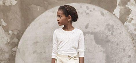 Camiseta blanca y falda beige con mensaje de  de la colección cápsula Kids Premium de IKKS