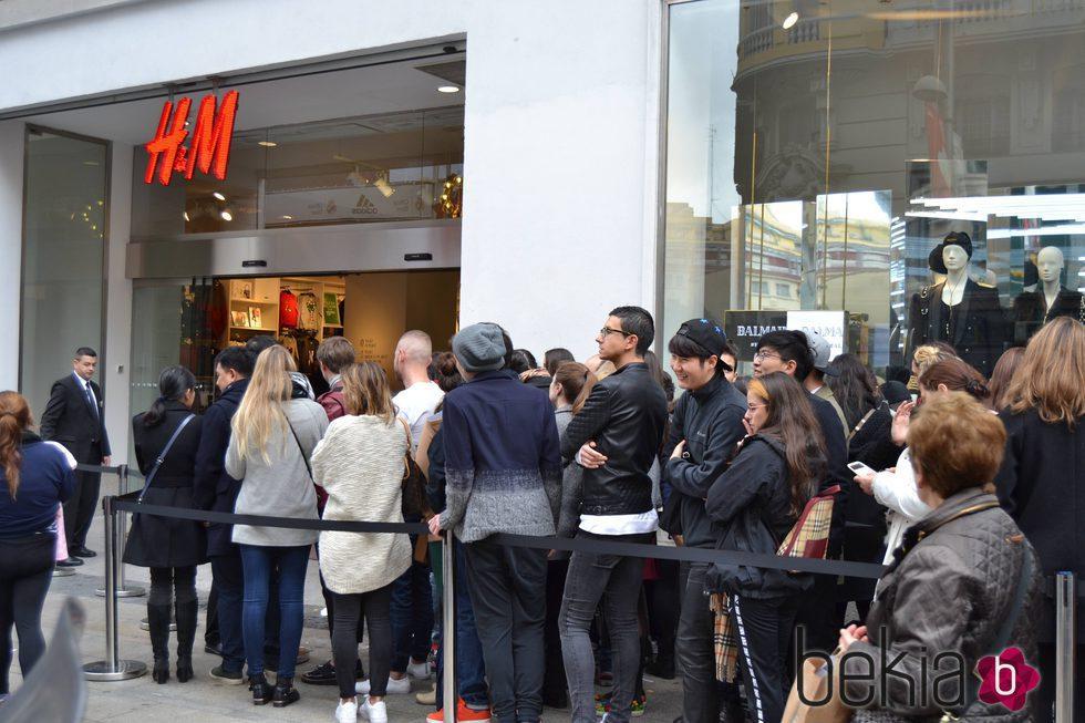 Cola en Madrid tras ponerse a la venta la colección cápsula de Balmain para H&M