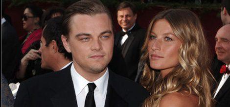 Gisele Bündchen con vestido Blanco junto con Leonardo DiCaprio en la Gala de los Oscar 2005