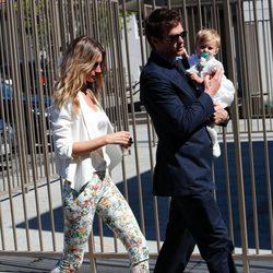 Gisele Bundchen con blazer blanca y pantalón floreado saliendo del bautizo de su hija Vivian con su marido