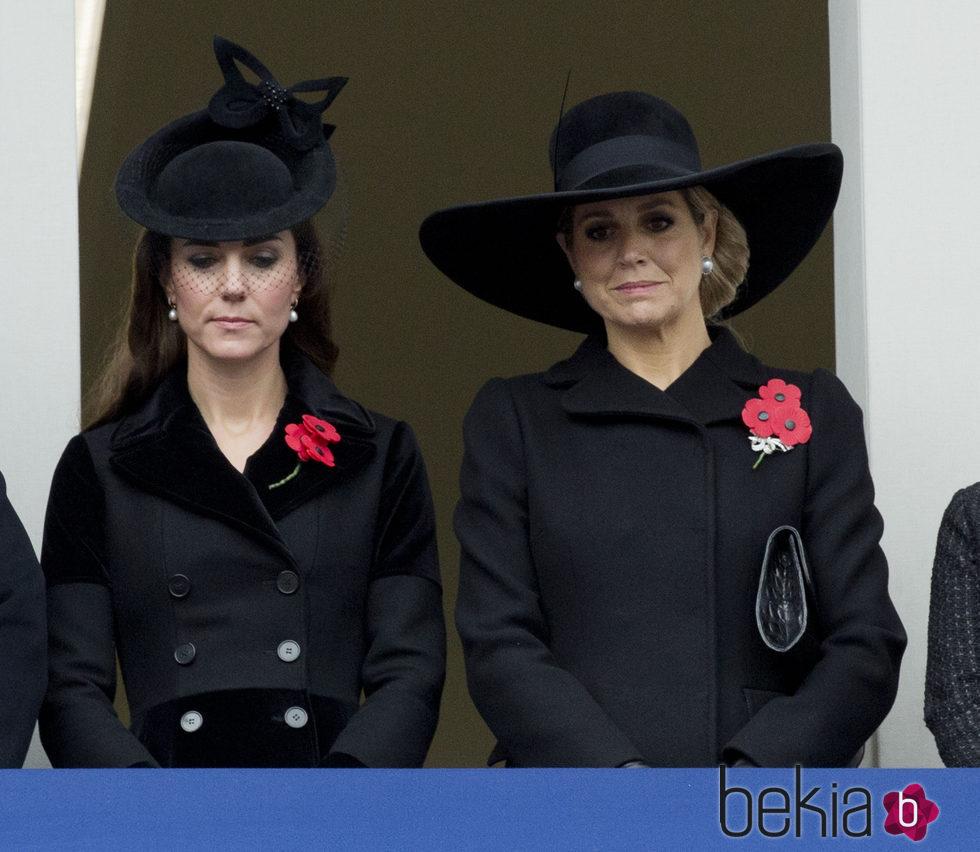La Duquesa de Cambridge y Máxima de Holanda con trajes negros en el domingo del recuerdo